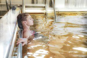 terme di castel san pietro notte celeste agosto 2021 ragazza piscina